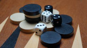 Pedine e dadi del backgammon